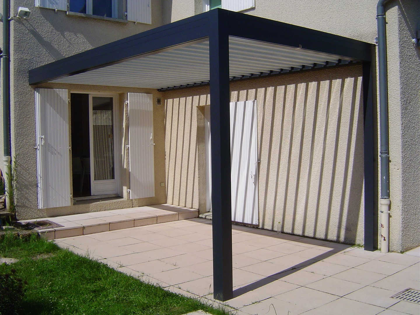 installation d 39 une pergola sur mesure grezieu pergola pergolas lyon. Black Bedroom Furniture Sets. Home Design Ideas
